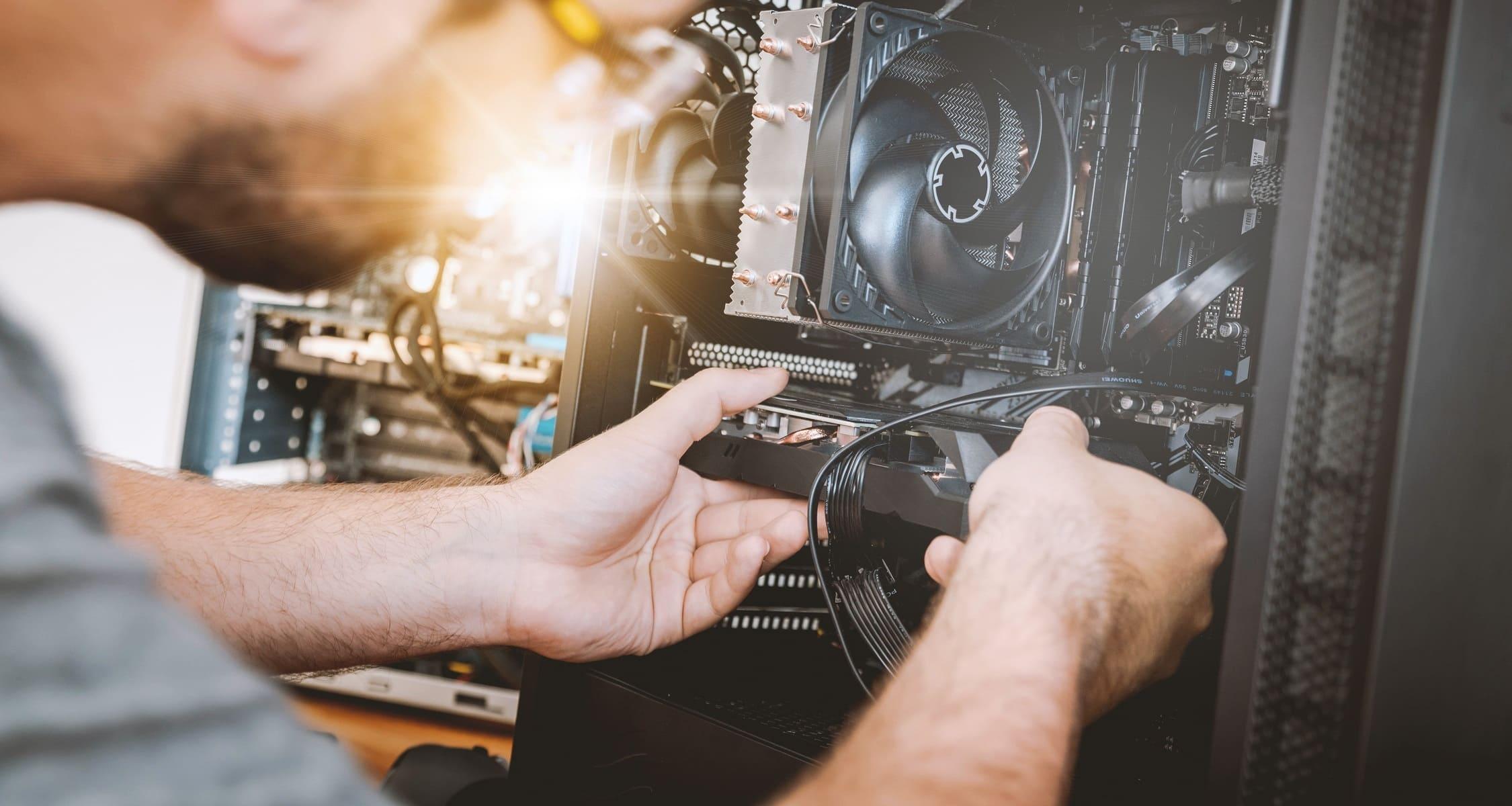 Uomo aggiusta hardware PC