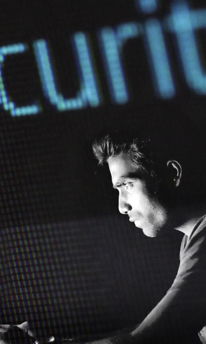 uomo al computer, scritta security come sfondo