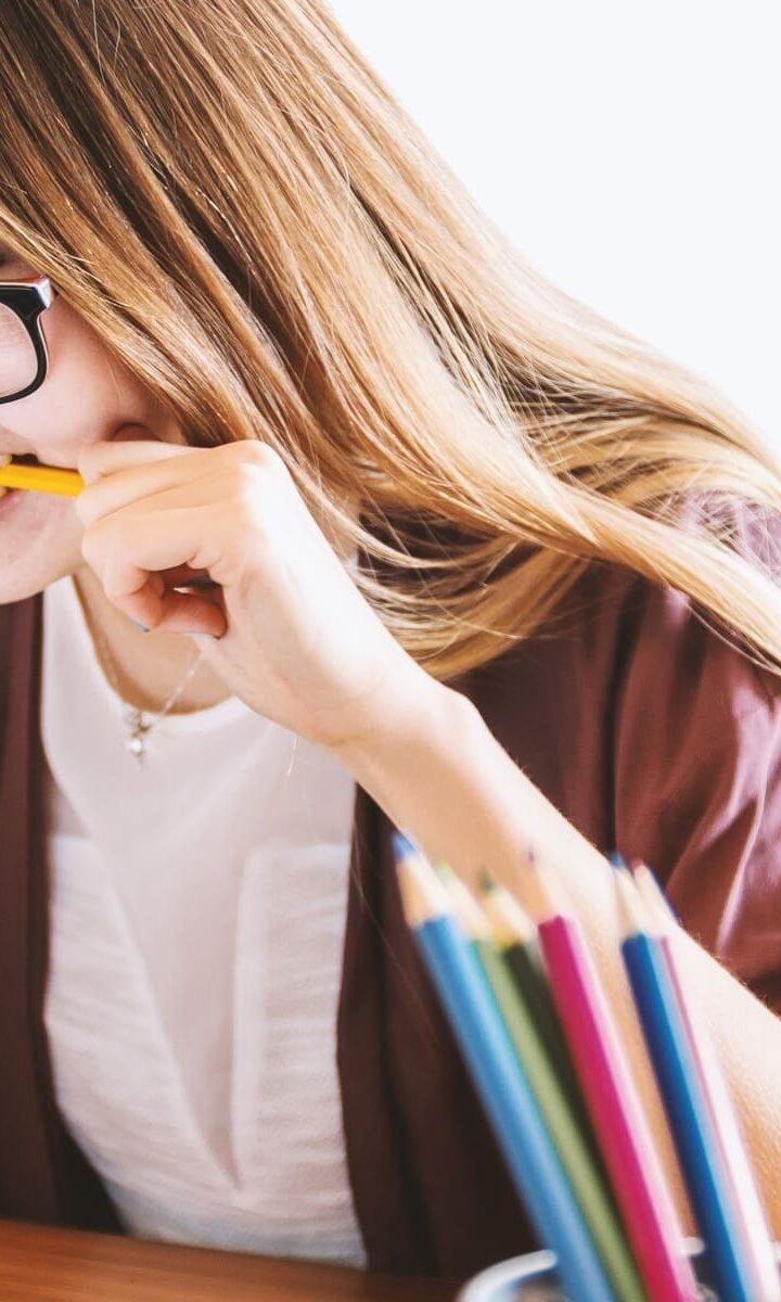 donna frustrata con matita in bocca