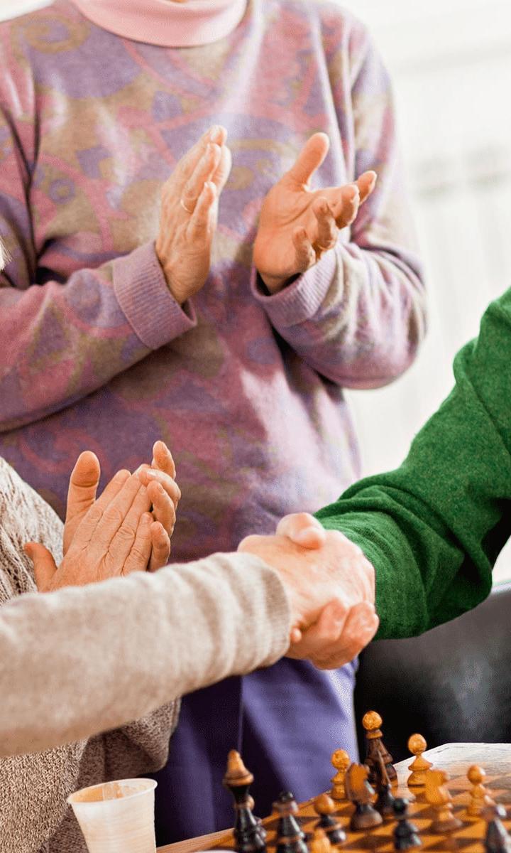 gruppo di anziani che parla
