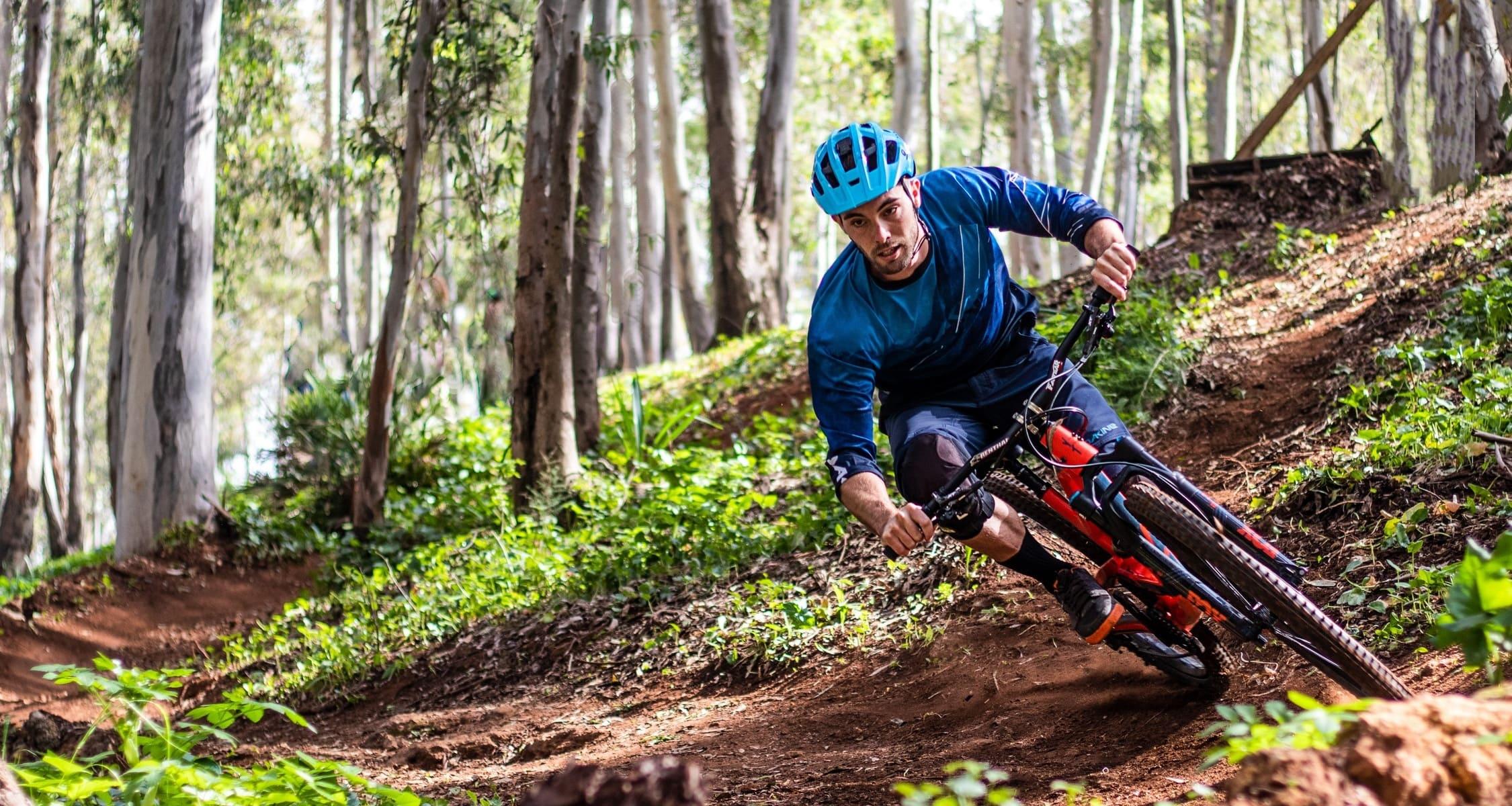 uomo in bici su un percorso sterrato