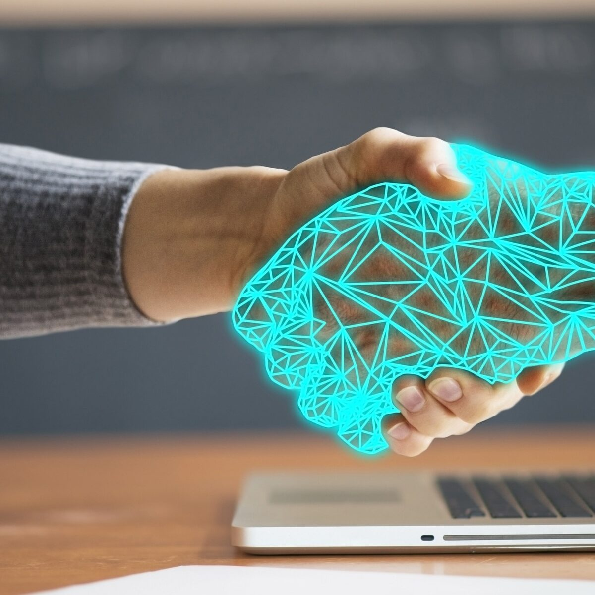 due mani che si stringono, una cibernetica